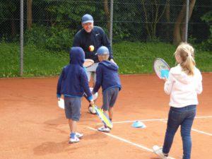Mit spielerischen Elementen wird der Tennissport den Jüngsten vermittelt._kl